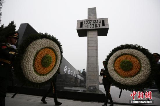 12月13日,南京大屠杀死难者国家公祭仪式在侵华日军南京大屠杀遇难同胞纪念馆举行,祭奠30万遇难同胞。图为南京大屠杀死难者国家公祭仪式现场。 泱波 摄